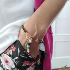 Imagen de uso de pulsera verde con cuentas de cristal en mujer con mano en el bolsillo