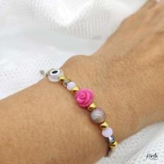 Imagen de detalle de la pulsera con rosa y ojo protector, kerete