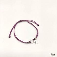 Pulsera de plata con cordón de hilo lila y un corazón y una inicial en el centro , kerete
