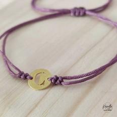 Imagen de pulsera con inicial personalizada y cordón lila ajustable a la muñeca