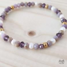 Imagen de pulsera con elastico de cristales en tonos lilas veteados y billas doradas en acero