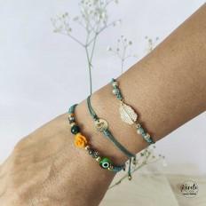 Imagen de mano con tres pulseras verdes de coleccion , florales