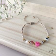 Pulsera color beige y rosa con un ojo turco blanco y una rosa fuxia, tejido macramé, regulable
