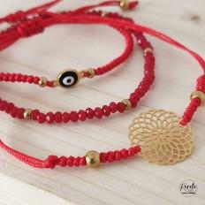 Juego de  tres pulseras rojas, una de cristal otra de ojo turco y la otra con una mandala en acero con baño en oro