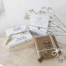 caja color carton natural y otra carton blanco, con decoracion hilos y una platita en la parte de atras