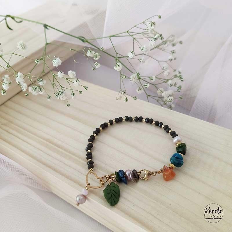 Imagen de producto, pulsera de bisuteria con cuentas de vidrio y perlas de rio con fonde de madera