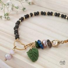 Imagen de pulsera para una reunion al detalle con un corazon de acero, perlas de rio colgantes y una hojita verde