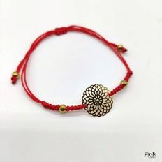 Imagen de pulsera de mandala roja y dorada con fondo blanco, kerete