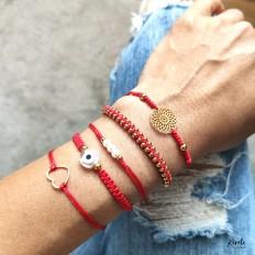 Imagen de varias pulseras en color rojo que combinan entre si, coleccionables