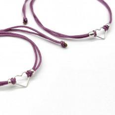 duo de pulseras madre e hija, con cordón lila y un corazon de plata en medio