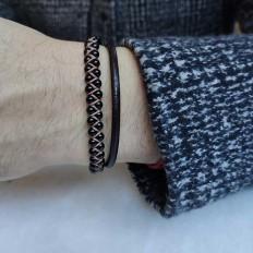 imagen de la combinación de 2 pulseras para ellos, una en piel y otra en cordón tejido con piedras onix