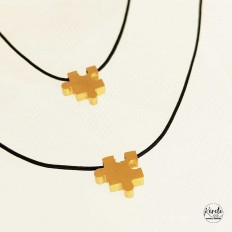 imagen de dos collares puzzle uno arriba y otro abajo con fondo blanco e hilo negro