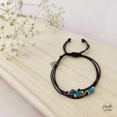foto de pulsera negra y bolitas en pieddra agata azul