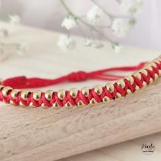 pulsera tejida con hilo rojo y bolitas pequeñas en acero con baño en oro