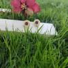imagen de pendientes ideales para regalar a personas importantes, fonde de jardin y madera