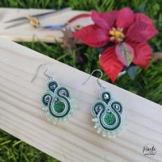Pendientes verdes de soutache para fiesta y casual, fondo verde con plateado