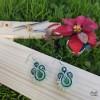 Pendientes verdes medianos cosidos y bordados en soutache con fondo de madera  y plateado
