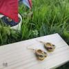pendientes pequeños otoñales en soutache con fondo verde y madera