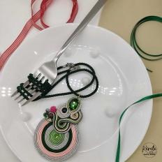 Collar redondo grande en soutache en verde y plateado con cordon verde